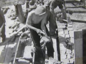 A C jelű épület alapjainak lerakása (Fotó: Tükörcserepek c. könyv)