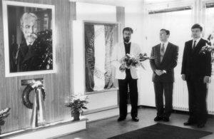 A felavatott Jókai-portré az alkotó Mezey Istvánnal, az avató Sajó Attilával és az iskola igazgatójával, Ivády Miklóssal Fotó: Szathmáry-Király Ádámné