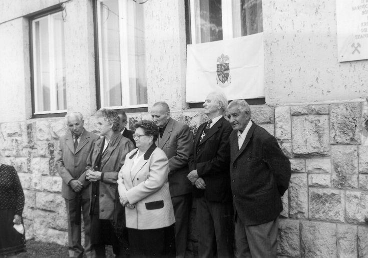 A bányászhősök emlékére 1998. szeptember 17-én a polgármesteri hivatal falán elhelyezett emléktáblát avattak. Az avatáson a vízbetörés túlélői közül résztvettek: Juhász Lászlóné szül. Szűcs Zsuzsanna, ifj. Bakos János, Kónya Istvánné szül. Kresák Magda, Boros János, Bóné Kálmán és Lakatos Lajos
