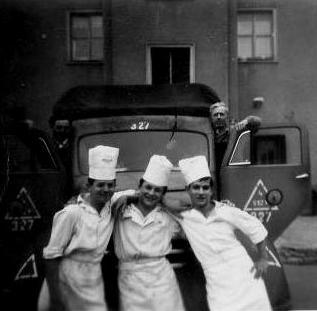 Ételszállító gépkocsi, előterben a szakácsok