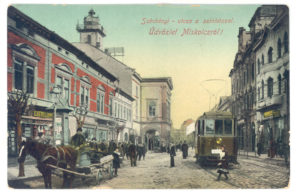 A Széchenyi utca régi képeslapon – villamos a színház előtt Forrás: Wikipédia