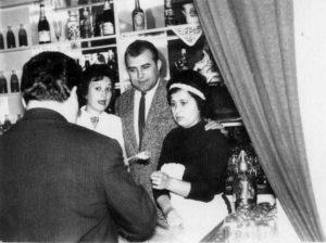 Készült az étterem eladóterében. A képen balról: Véglásné (később: Sipeky Lajosné), Kovács György üzletvezető, Katona Tamásné Icuka, (sajnos háttal:) Skernyók István üzletvezető-helyettes