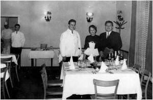 """Béke """"J"""" étterem, balról: Manóczky Lajos, Sipeky Lajosné Klárika, Rapcsák Ferenc, (az ajtóban ismeretlenek)"""