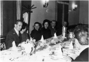"""Jutka kollégánk esküvői vacsora képe, a Béke """"J"""" étteremből. Balról: olasz férj, Jutka és rokonsága"""