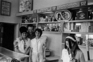Balról: Soltészné Éva, Kajdacsy Tibor, Gizike, Czifra Ildikó