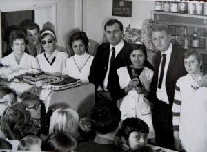 A Mazsola dolgozói férjeikkel, Kopcsik Lajossal és kis vendégekkel