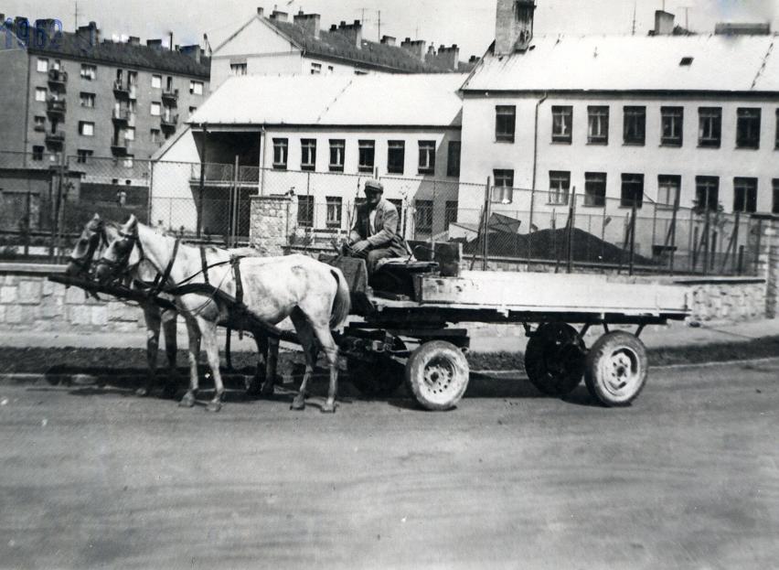 Ha kordélyosok már nem is, de a lovaskocsik még a 70-es években is gyakran feltűntek a városban
