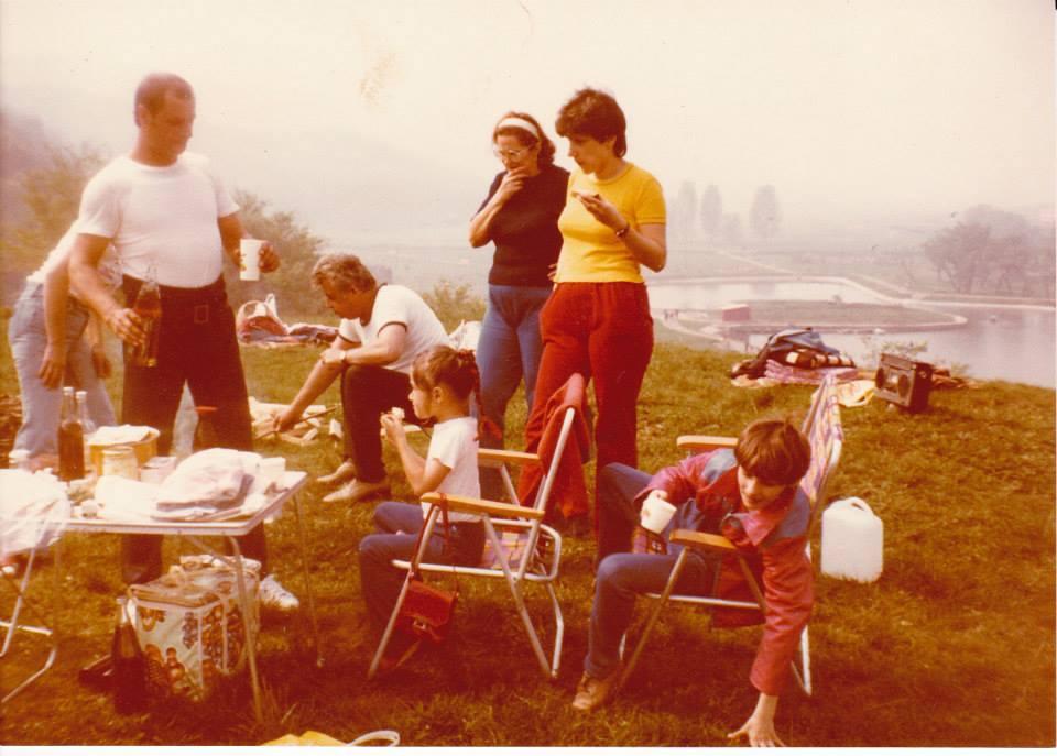 Piknik a csónakázó tó partján, valamikor a 80-as évek elején – Napravszky Lajos, Ferenczi Károly és Pohl Józsefné Napravszky Tímea (Közzétette: Pohl József - KDK)