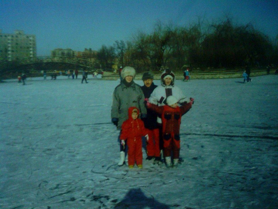 Egy téli csónakázótavas fénykép a '90-es évek elejéről. Tóth Jószef tanár úr a lányaival, Eszes-Tóth Katalinnal és Tóth Veronikával, illetve a lány unokáival (Katalin gyermekei)