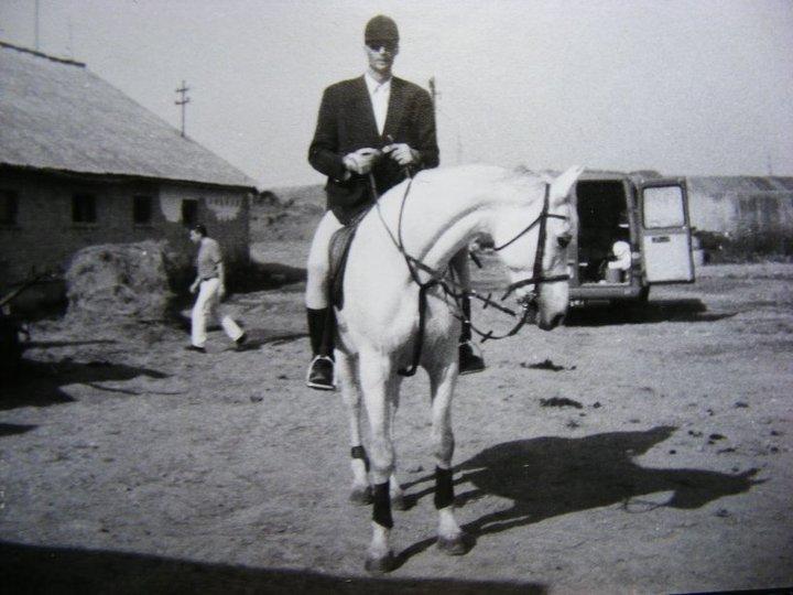 Tóth Tibor Kalóz nevű lovával Szuhakállóban, a Mitró Ranch-csen. Ez volt Kalóz első versenye azt követen, hogy ismét elkezdett bízni az emberben. A sikeres átlovaglás után egy 12 éves kislányhoz került. A kép 2001 körül készült